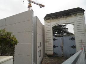 Voilà comment le bâtiment neuf (à gauche) se marie avec le portail XIXe